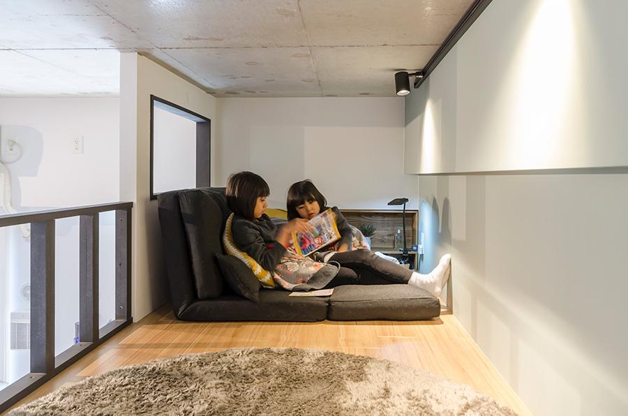 ロフトの奥に本棚を置き、読書スペースとしても活用。
