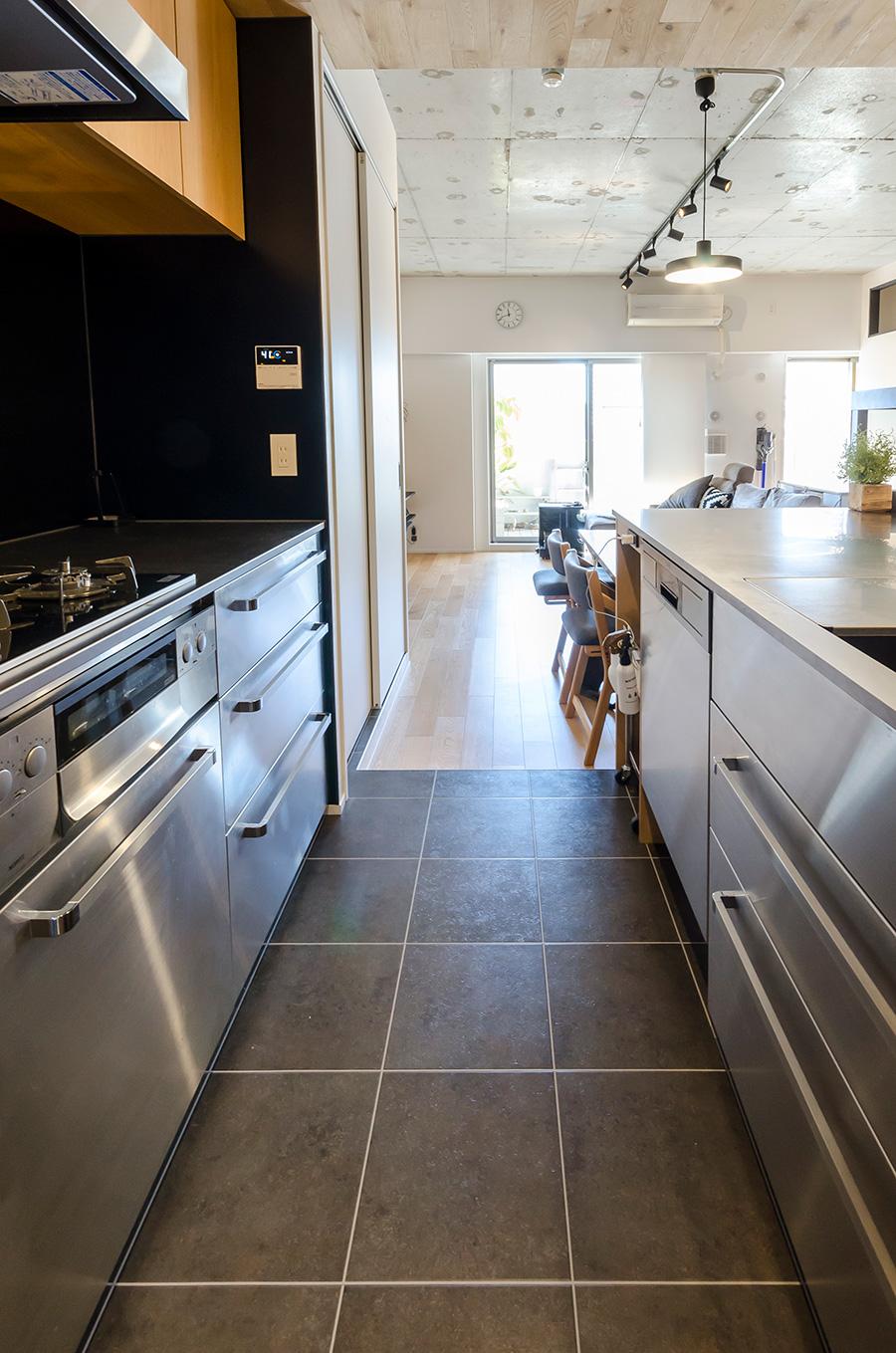 動きやすい幅広のキッチン通路。