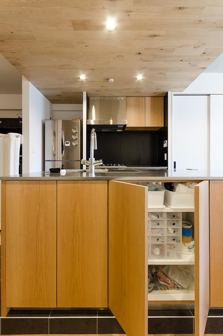 キッチンの腰壁の中にも収納スペースを用意。