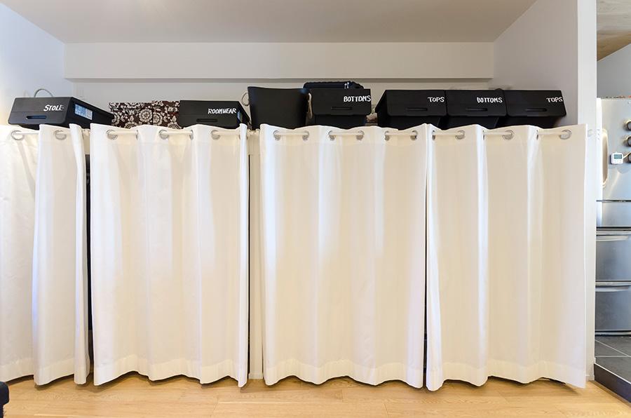 クローゼットを使わない時はカーテンで目隠し。