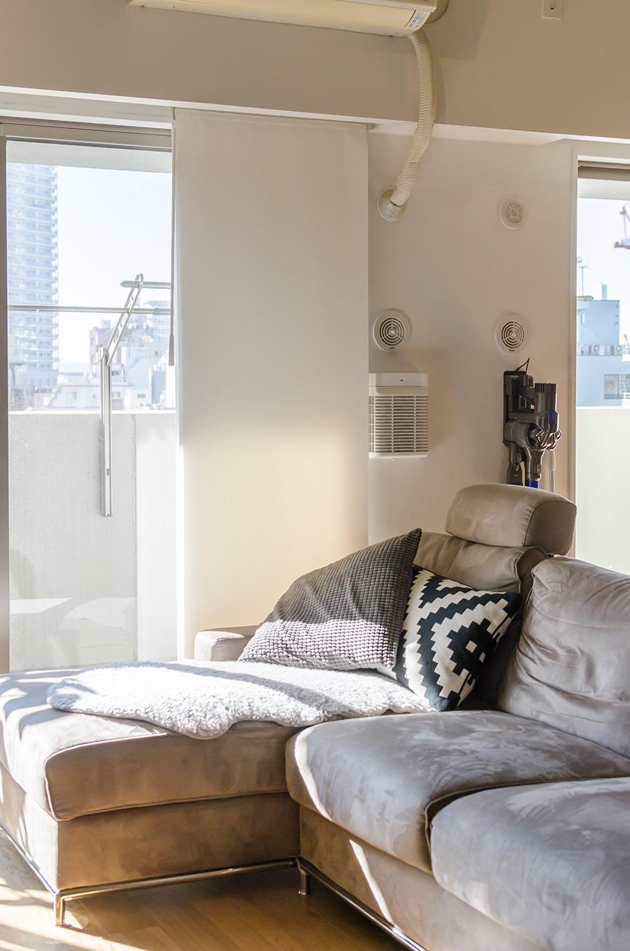 スウェード風のソファは「Crastina Inter Furniture」。