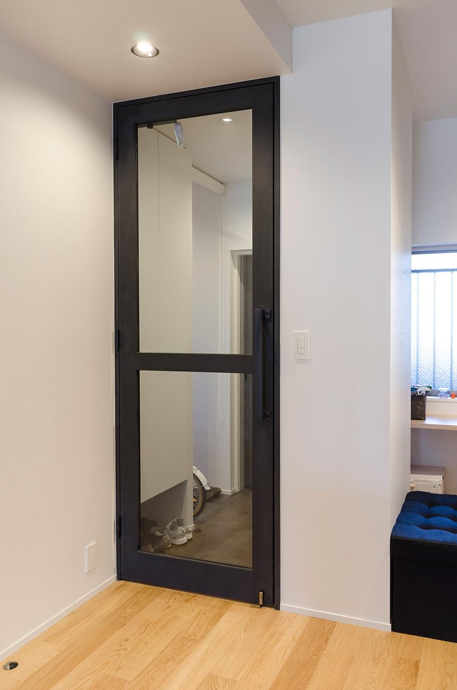 ガラス扉のフレームは木材に塗装を施した。