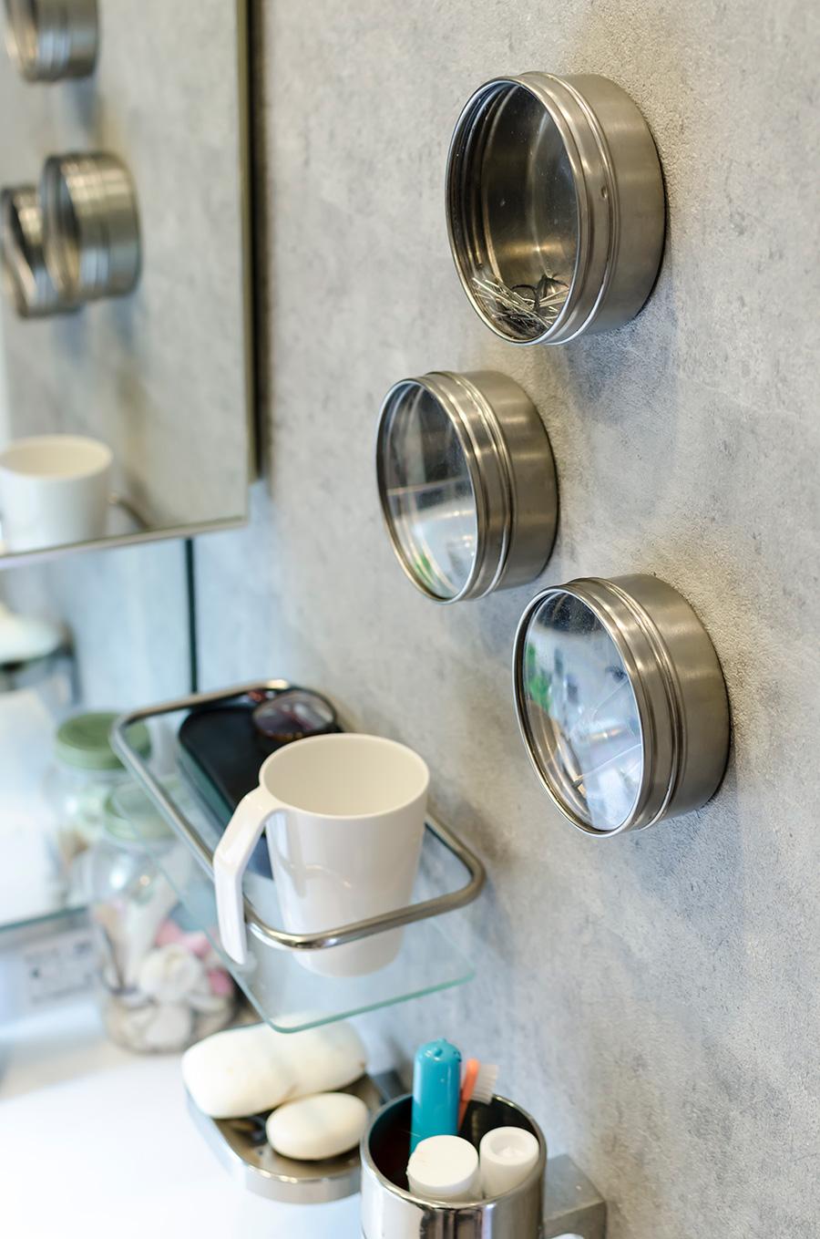 洗面所の壁にはマグネットボードを使用。