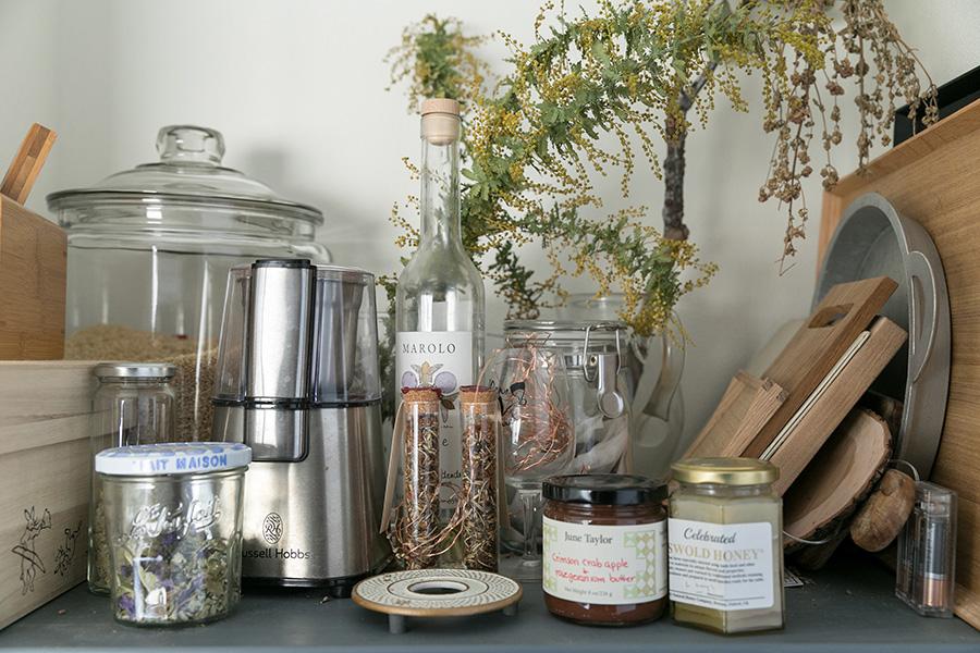 キッチンにある棚の一部。置いてあるものはガラスとシルバー、木の素材の集まり。