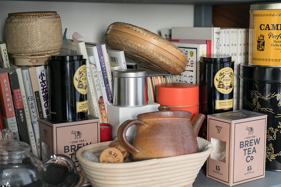 好きな紅茶の缶や籠、陶器。そして料理の本たちが並ぶ。