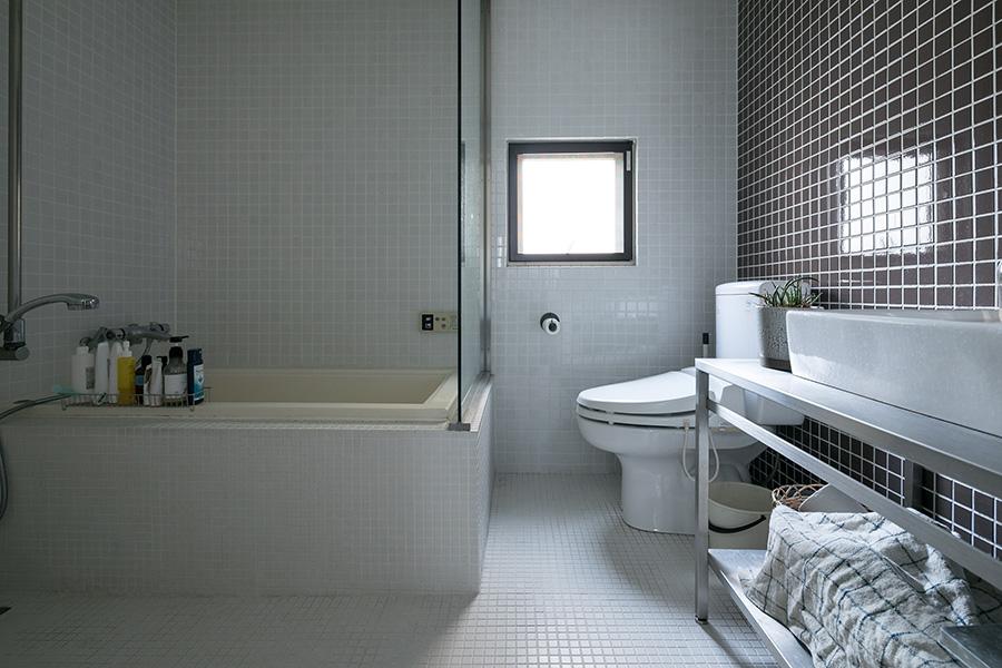 東側の明るいタイル張りのバスルーム。