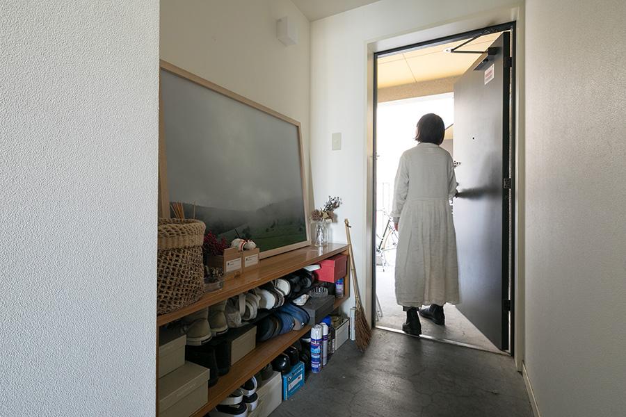 玄関も圧迫感が出ないよう、必要なものだけを置いてさっぱりとした設えで。