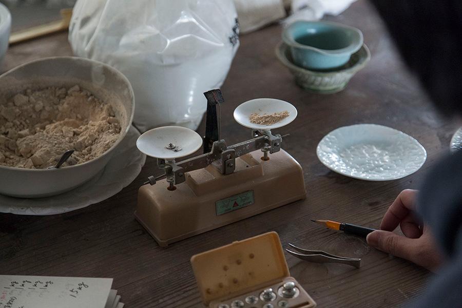 何度も検討を重ね、実験的に釉薬が開発される。 photo : Kenta Hasegawa