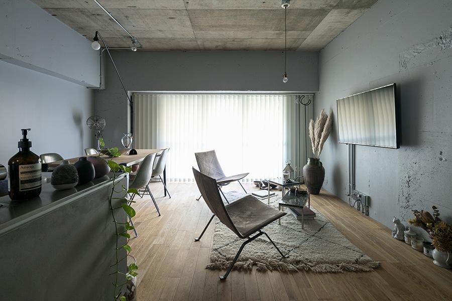 リノベーションの際、天井はコンクリート打ち放しのまま残し、壁はグレーにペイントした。