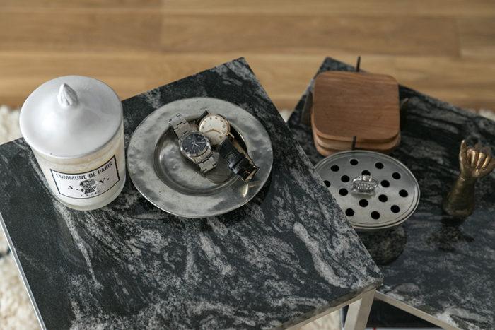 大理石をテーブルトップに使った入れ子のローテーブルは、リノベーションを手掛けたデザイナーがデザインし、内装業者に作ってもらったものだそう。