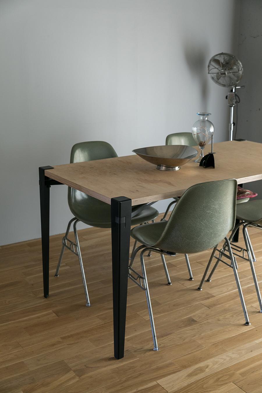 好みのサイズの天板をテーブルにできるフロイドレッグで、ダイニングテーブルをハンドメイド。