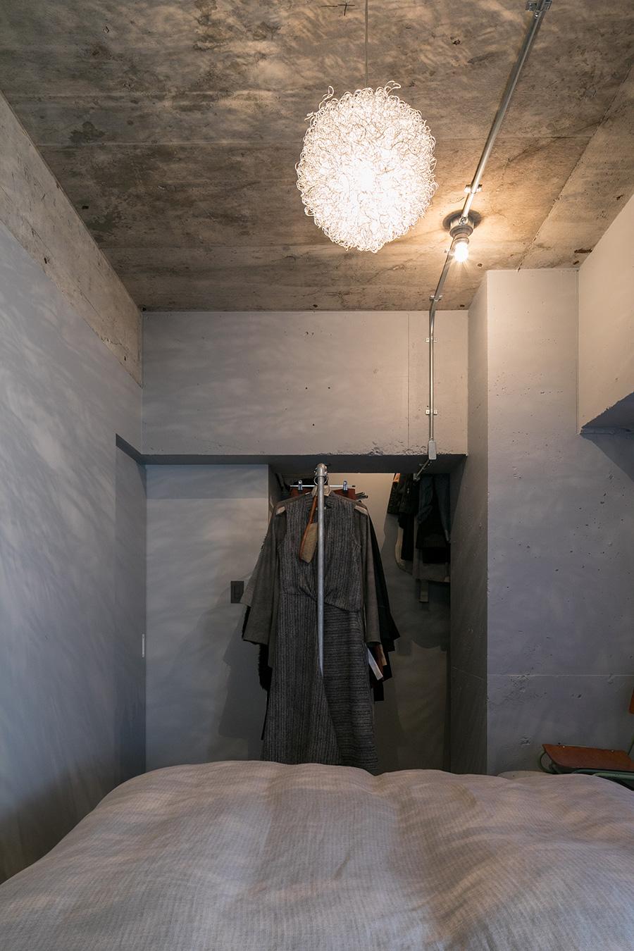 「寝室のワイヤーを使ったペンダントライトは、僕が一人暮らしをしていた頃から使っているものです。壁や天井に映る影がキレイです」