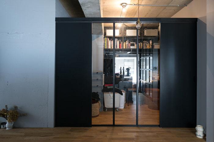 ガラスの引き戸の向こうは書斎スペース。右下に見える床に置いたアロマバーナーはサンタ・マリア・ノヴェッラのもの。「夫からのプレゼントです」
