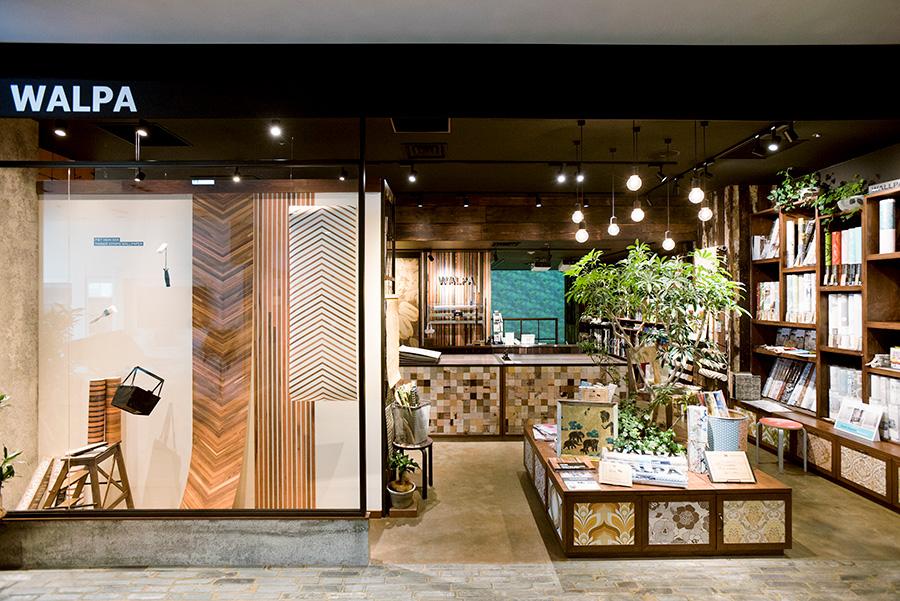 キラリト銀座内のストア。ブランドにして140種類の壁紙を取り揃える「WALPA store GINZA」。