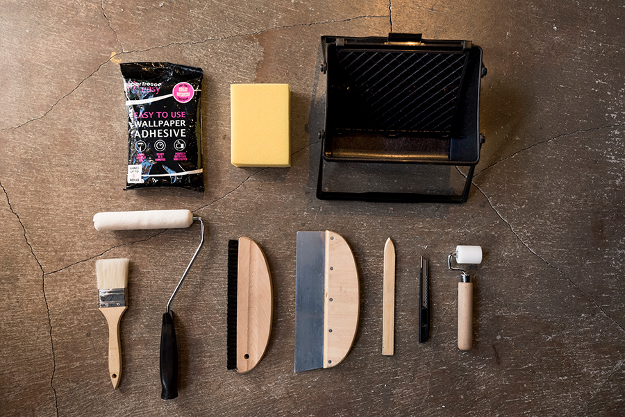 道具を用意。「WALPA」で販売しているのは、糊受け、糊、刷毛、ローラー、撫刷毛、地ベラ、竹ベラ、カッター、ジョイントローラー、スポンジ、カッターの替刃がセットで¥3696(税別)〜。