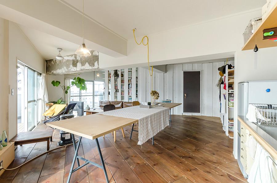 玄関からLDKまでは幅広で厚いパイン材を使用。外部用の自然系塗料を塗り、木目が残るように仕上げた。