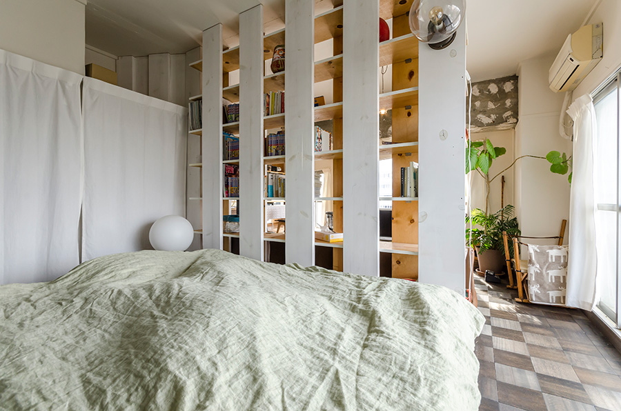 緩やかに分けたベッドルーム。クローゼットには扉を設けず、カーテンで仕切った。