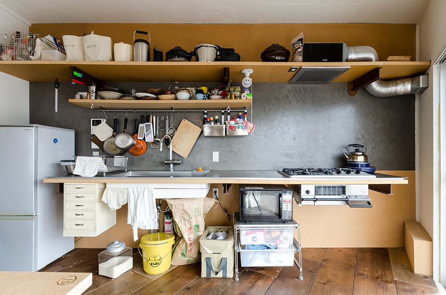約1.5倍の広さにリノベーションしたキッチンは使い勝手がよく、料理することが増えたそう。ムラのある壁の色合いや質感がいい感じ。