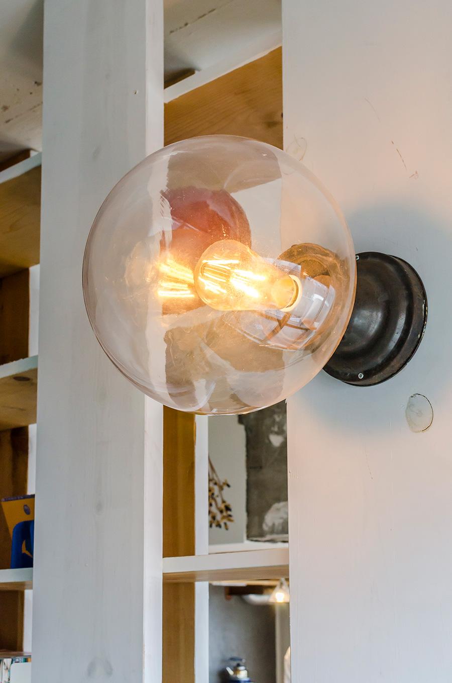 雑貨屋さんで買った道具に、自分でソケットをつけて作った照明を灯す。