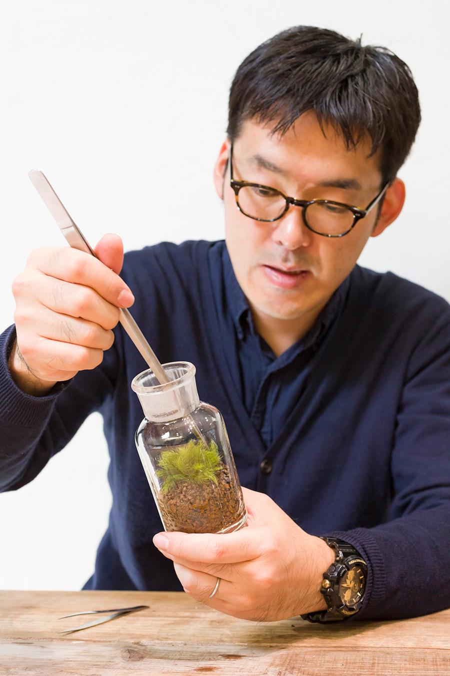 川本毅さん。趣味でテラリウムを作るうちに、苔のテラリウムのプロになってしまったそう。