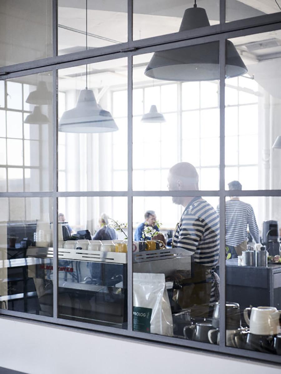 骨なガラス窓とワークショップランプ。