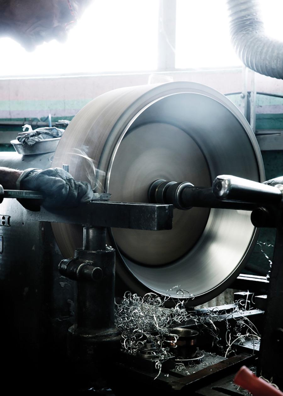 熟練技が必要とされる金属のヘラ絞り。