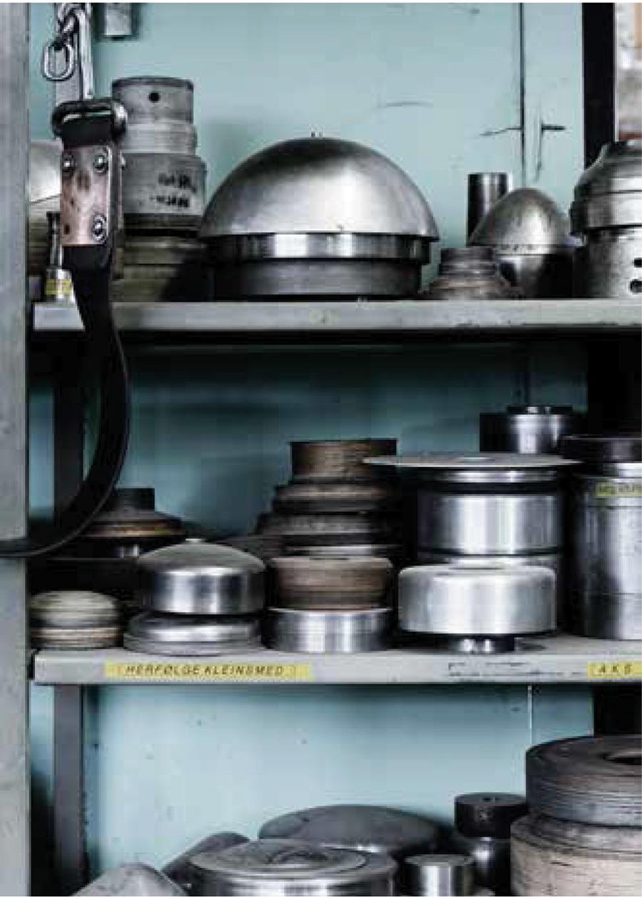 工場にはサイズごとのさまざまな型が並ぶ。