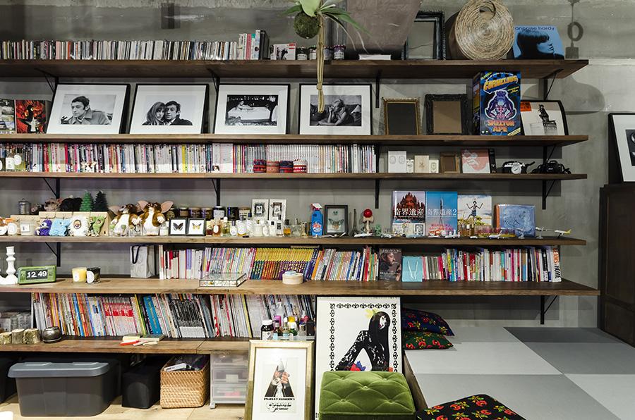 天井まである作り付けの棚には好きなものを並べて。