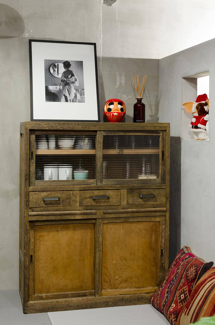 栃木県旅行の際、古道具屋で買った古い食器棚。