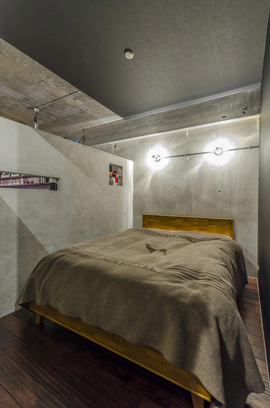 寝室を区切るのは壁ではなくコンクリートのパーテーション。