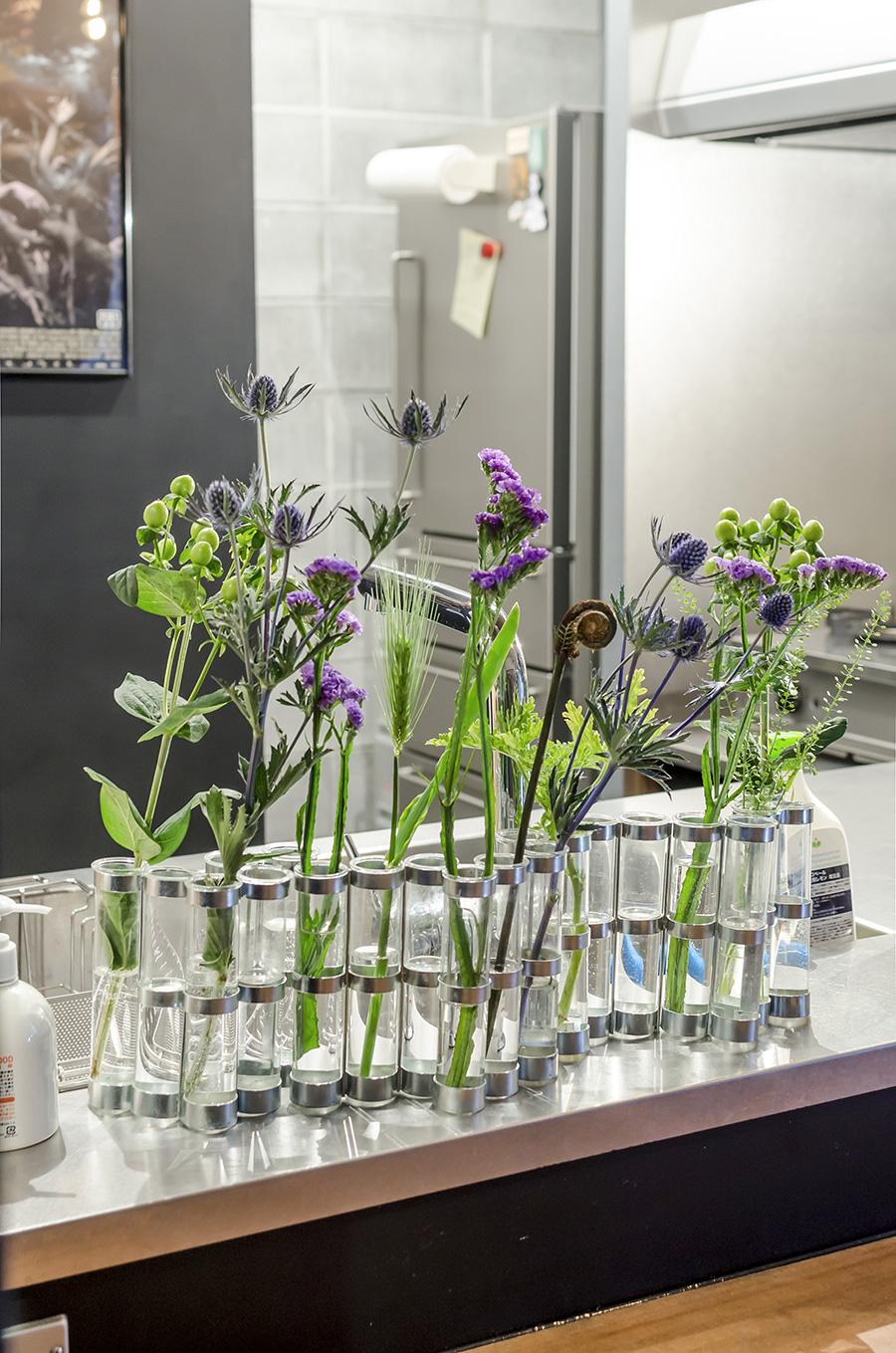 試験管をつないだ花瓶に花を飾って。