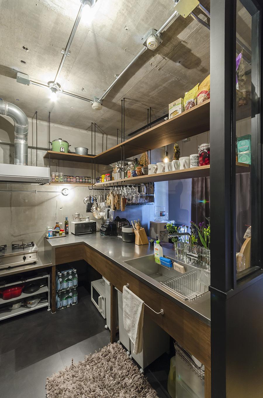 思いっきり中華鍋もふるえるL字型の広いキッチン。