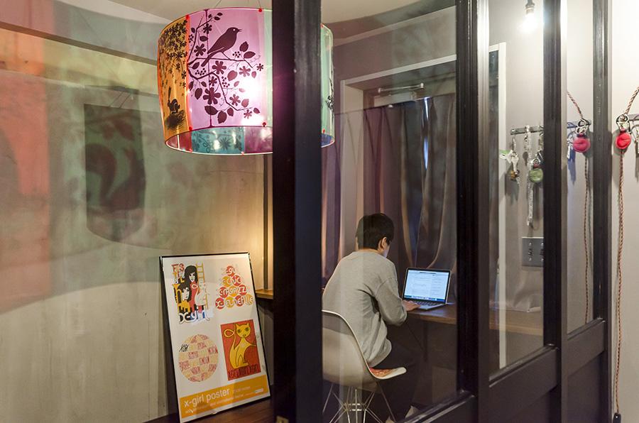 玄関のすぐ横にはガラス張りの書斎が。