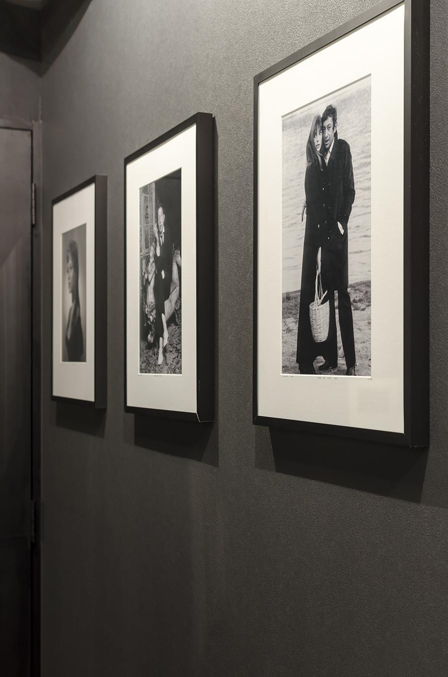 壁にはブリジットバルドーなど好きな役者の写真を。
