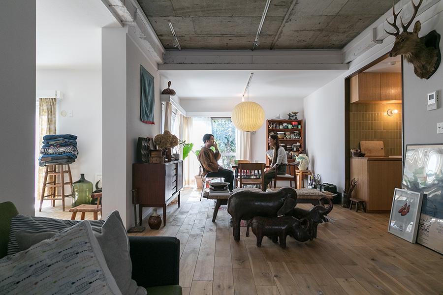 天井の一部にコンクリートの躯体を残し、他はすっきりとした白の塗装で仕上げた。部屋の仕切りを減らし、広々とした空間を確保。
