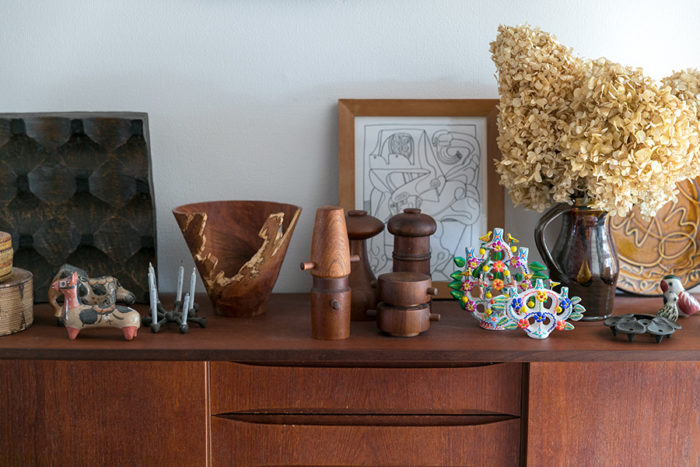 キャビネットの上には、メキシコのオブジェやネイティブアメリカンが作ったヴィンテージのバスケット、須田二郎やジョージ・ピーターソンの作品など、世界各国のお気に入りが並ぶ。