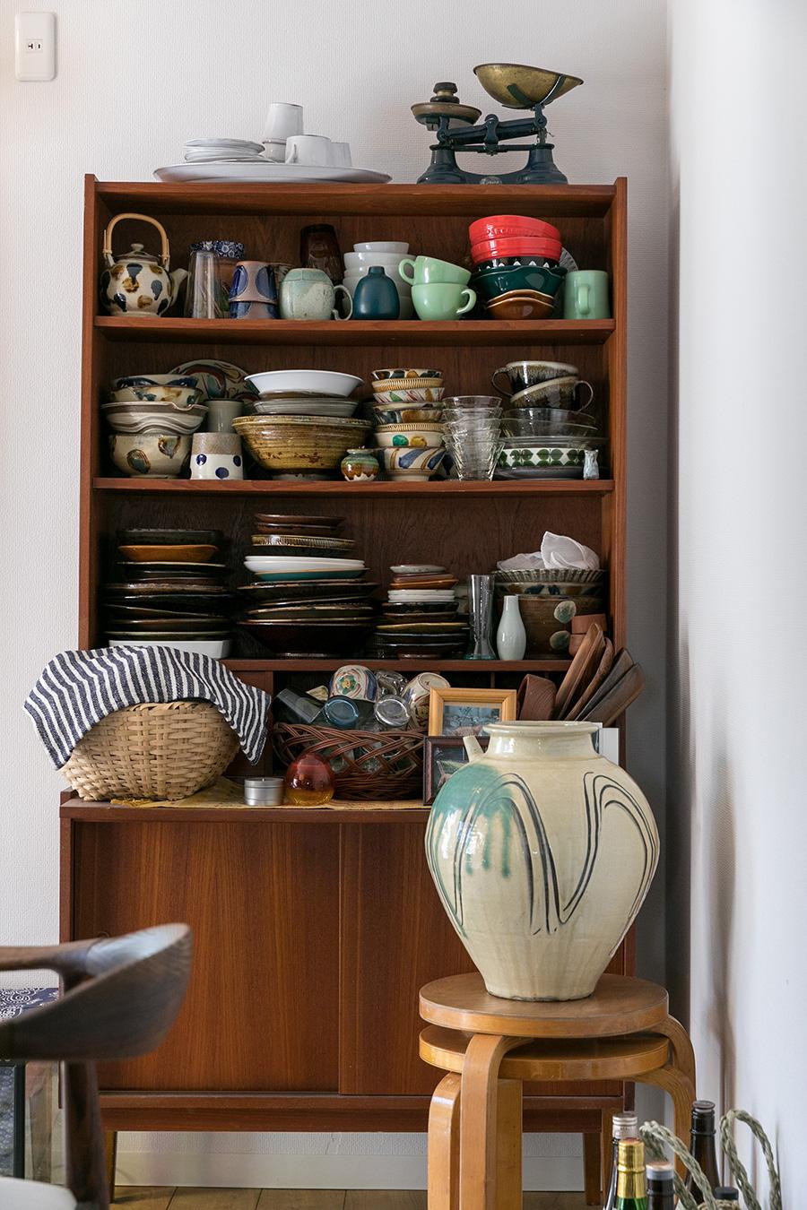 食器棚として使っている文机には、沖縄の焼物、やちむんなどが並ぶ。手前の小鹿田焼の大きな雲助は柳瀬朝夫さんの作品。