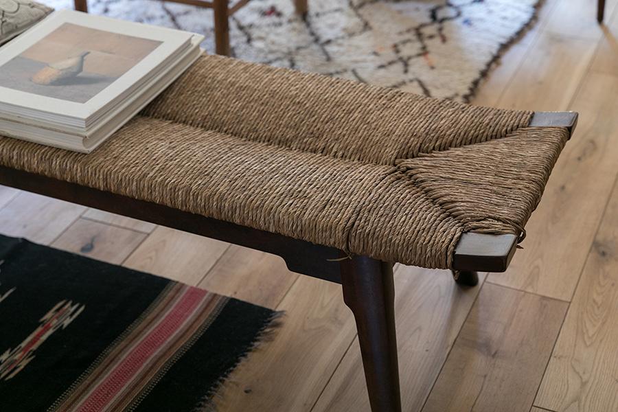 「松本民芸家具のベンチはアンティークのものです。座面のラッシ編みの素材が手に入らず、現行のものは素材が変更になっているそうです」