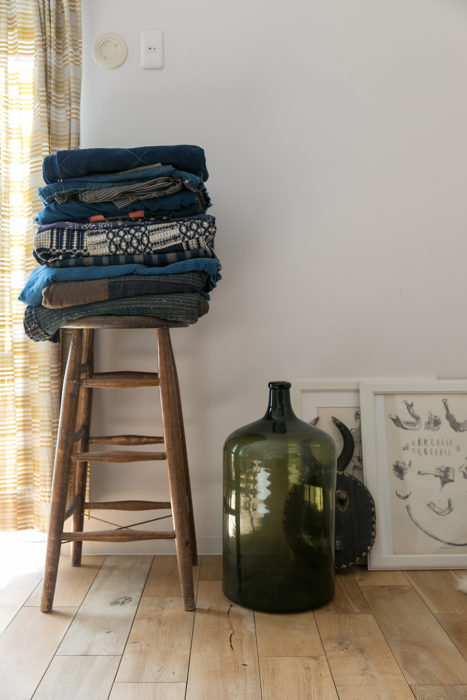 明治や大正時代の古布を大切にストック。マリメッコのファブリックをカーテンに。