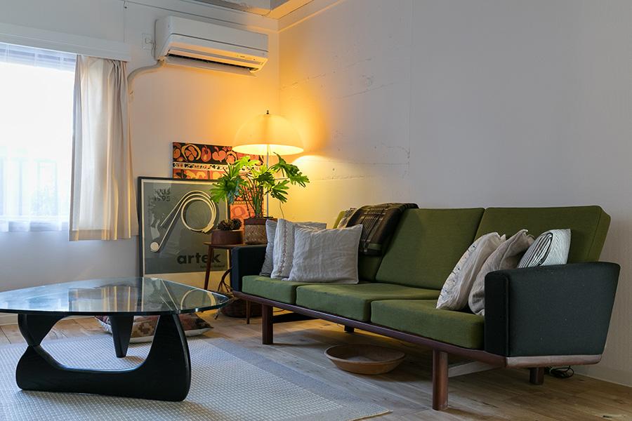 ハンス・ウェグナーのソファに、ISAMU NOGUCHIのローテーブル。フロアスタンドは70年代前後のデンマークのヴィンテージ。