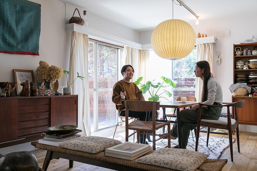 横溝さんのお宅は、大きな欅がシンボルとなっている緑豊かな敷地に建つ低層マンションの一階。庭にウッドデッキを設置した。