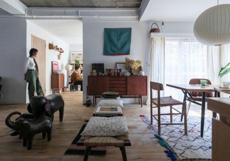 黒川紀章設計の集合住宅に暮らす民藝と北欧家具とヴィンテージと。好きなものをレイアウトする楽しみ