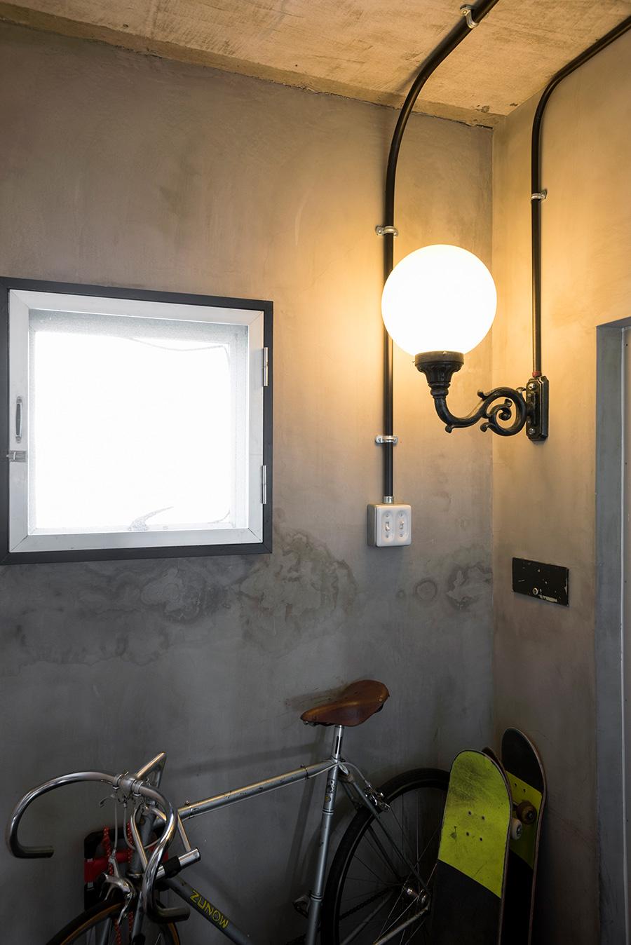 玄関には街頭用の照明を設置。「不自然感を狙いました」。