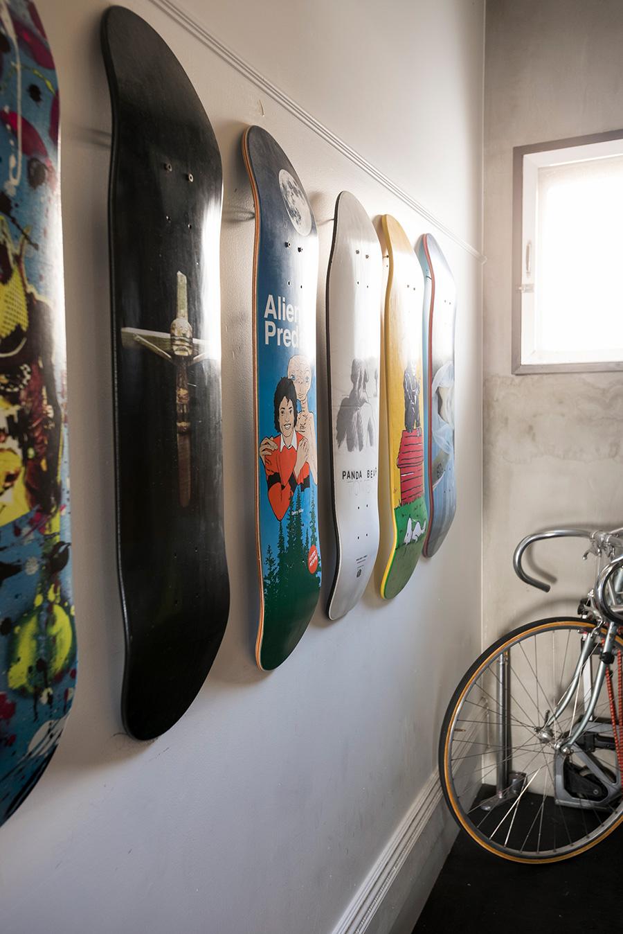 趣味のひとつでもあるスケートボードのコレクションを陳列。
