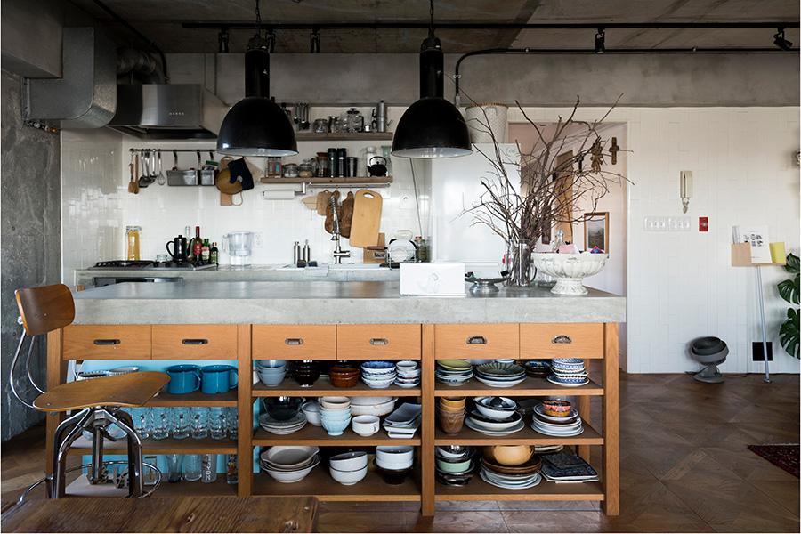 キッチンのある東側は、NYの白いサブウェイタイルで清潔感を。縦に貼ったところがポイント。