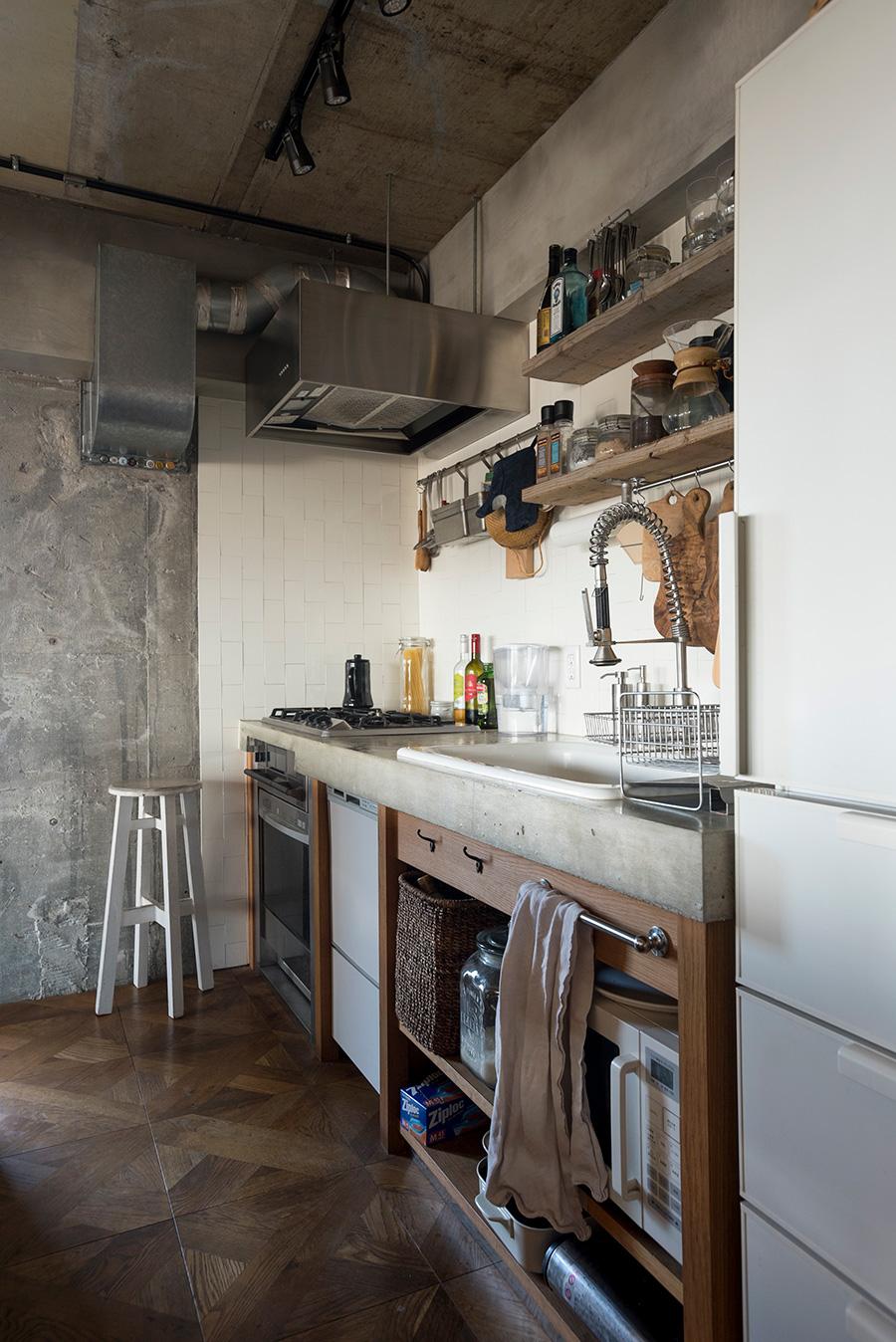 キッチン台の下もオープンに。レンジなど設置するものの位置とサイズも予め考慮。