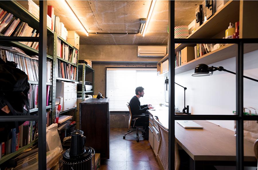 仕事部屋は金物で囲いを造った。これから透明なガラスを入れる予定。バルコニーから光が通過する。久保さんは店舗や住宅のインテリアデザインを手がけるcase.work.