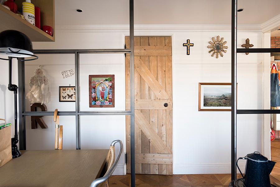仕事部屋から廊下方向を見る。アンティークのドアに、スペインやペルーで買ったクロスなどの飾りが、LDKとは違う表情。