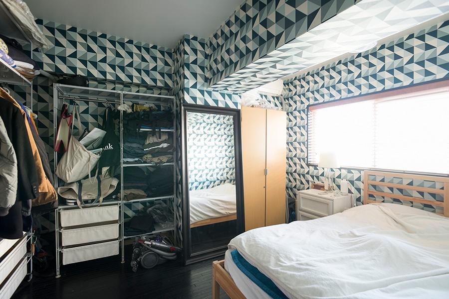 「ベッドルームは遊んでみました」。サイケデリック(?)な壁紙が印象的。