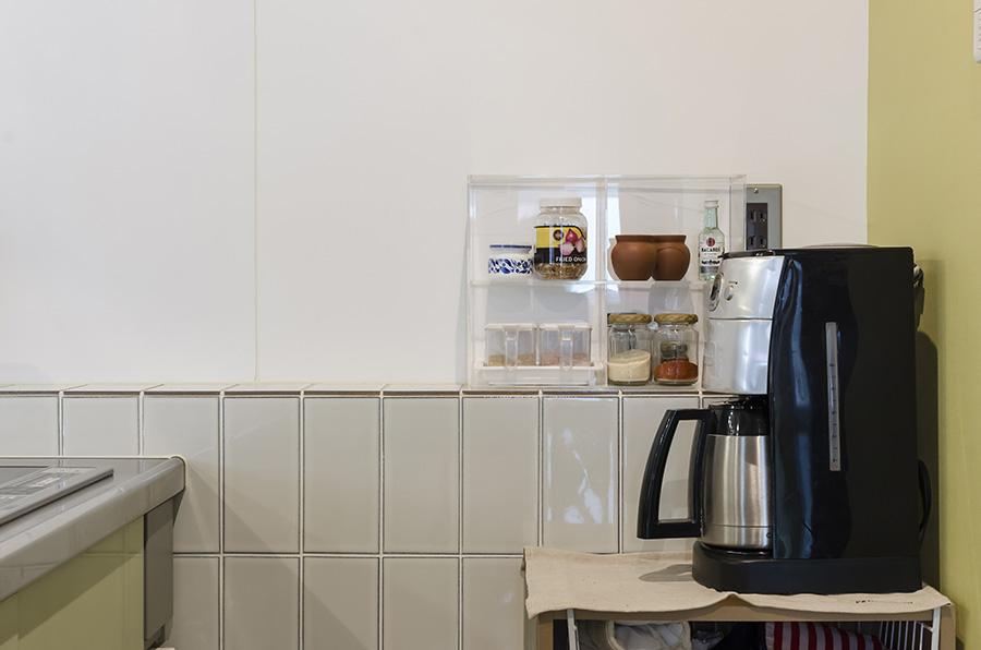 キッチン周りの白いタイルは縦に張ってすっきり見せる。
